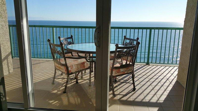 Direct Balcon avec bord de l'océan à manger table et chaises