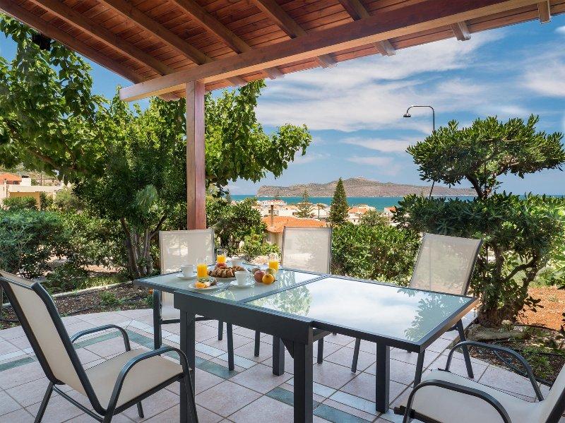 Private 3 Bedroom 135sqrm House with Sea Views - Romantic Corner (Penelope), location de vacances à Stalos