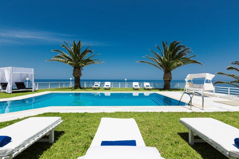70 sq. M großen Pool mit Sonnenliegen, Sonnenschirmen, Schaukeln und Pavillon Betten