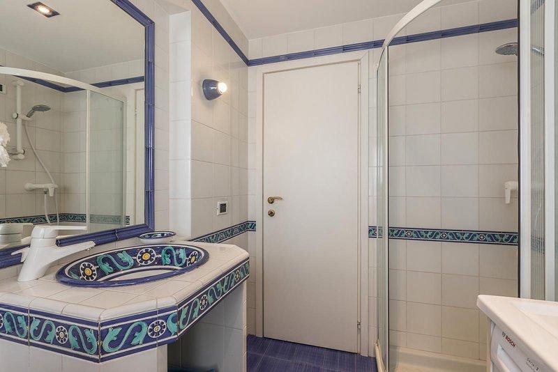 derde badkamer met douche en wasmachine