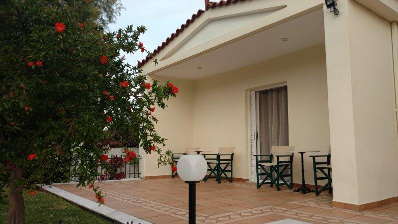 'Thalassa' Garden Apartment by the beach, vacation rental in Marathon