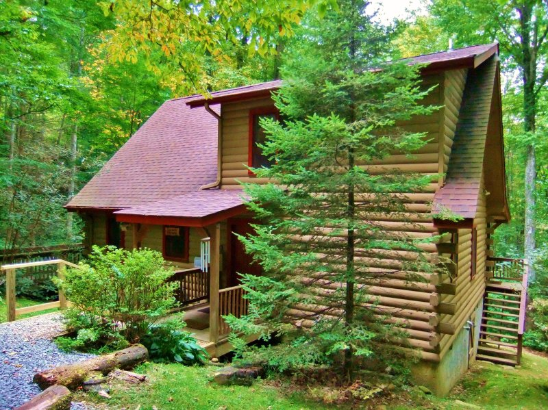 Authentic Log Cabin, Rushing Creek, Hot Tub, Firepit, Wood Fireplace, WiFi, A/C, Ferienwohnung in Maggie Valley