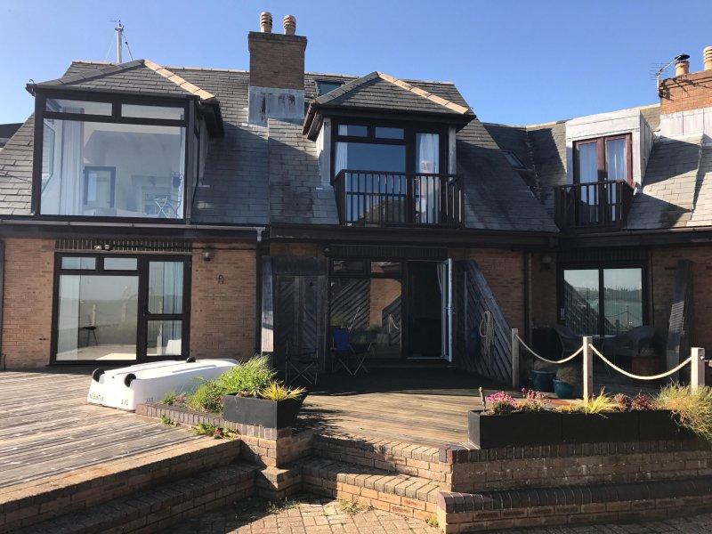 La nostra casa è nel mezzo con la porta aperta e ampio balcone