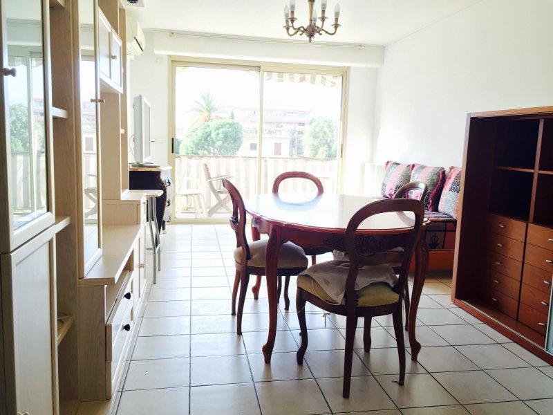 Appartement spacieux et lumineux avec double balcon près du port et de cap 3000, holiday rental in St-Laurent du Var