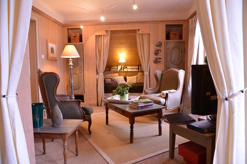 sala do nosso apartamento montanha Caminhante no La Vancelle, Alsace vivo. Paredes estão cobertas com madeira.