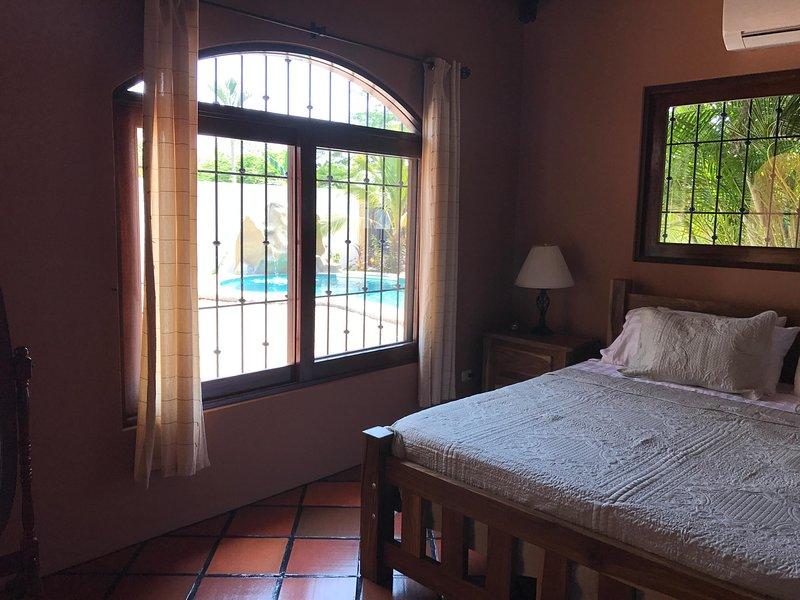 Ver dormitorio principal de la piscina