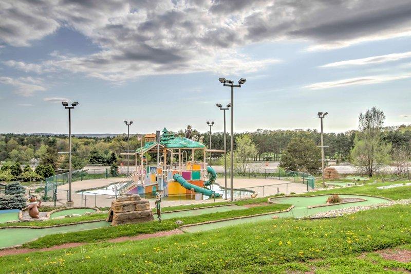 Kinder haben eine Explosion in diesem Wasserspielplatz haben!