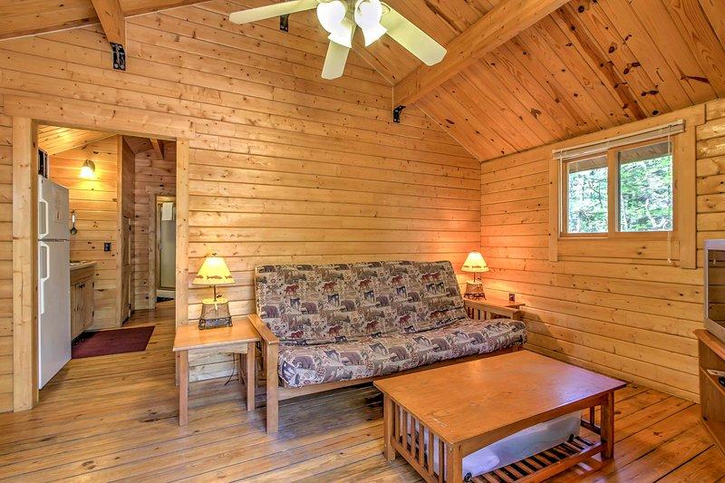 Das Wohnzimmer Sofa dient auch als Futon für die Gäste zum Schlafen.