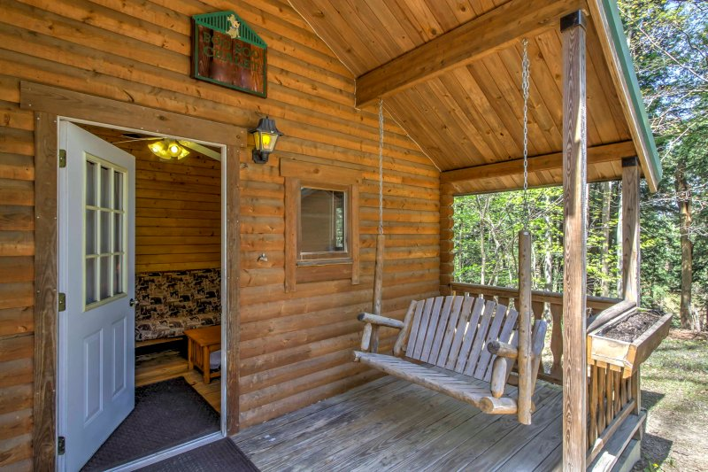 Genießen Sie die ruhige Umgebung des umliegenden Waldes von dieser Veranda.