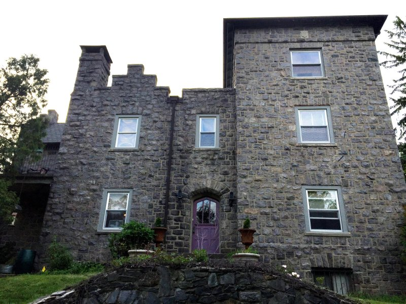 Queen's room in a 'Castle' in Villanova near schools, businesses and the city, holiday rental in Marple Township