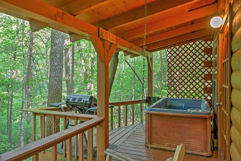 Faites tremper vos muscles dans le bain à remous qui repose à l'extérieur sur la terrasse privée.