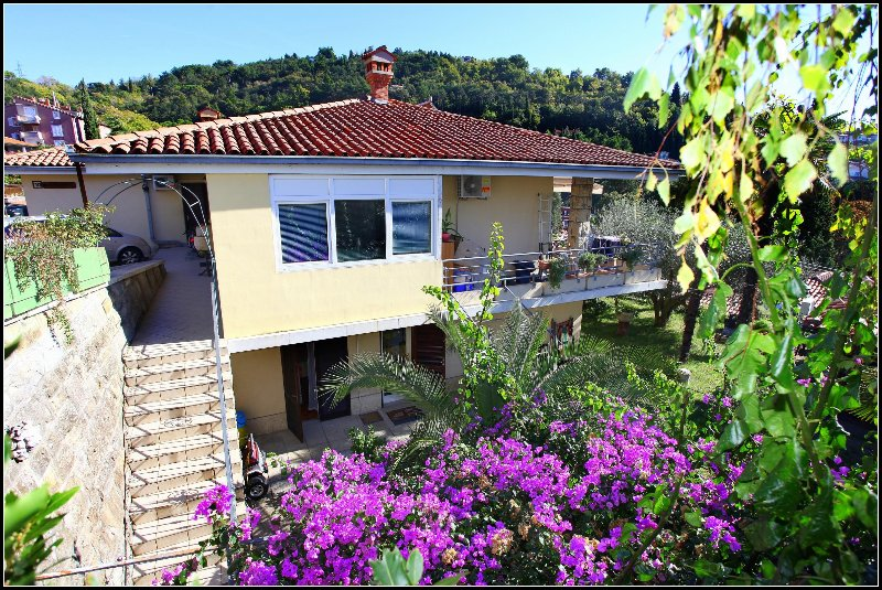 VP2 Cosy Two-Bedroom Apartment, holiday rental in Strunjan