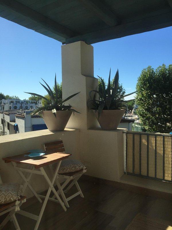 muelle y vistas al mar porche amueblado con salón y mesa de comedor