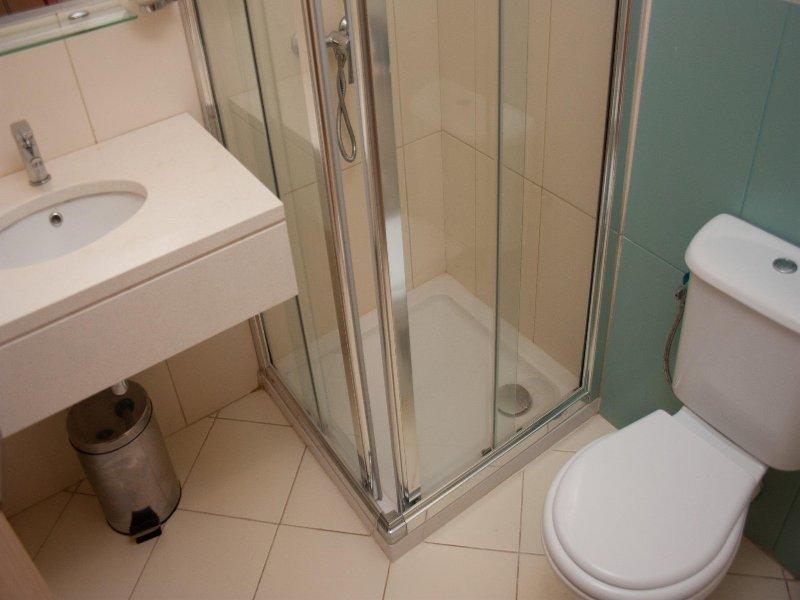 Cuarto de baño con ducha 2