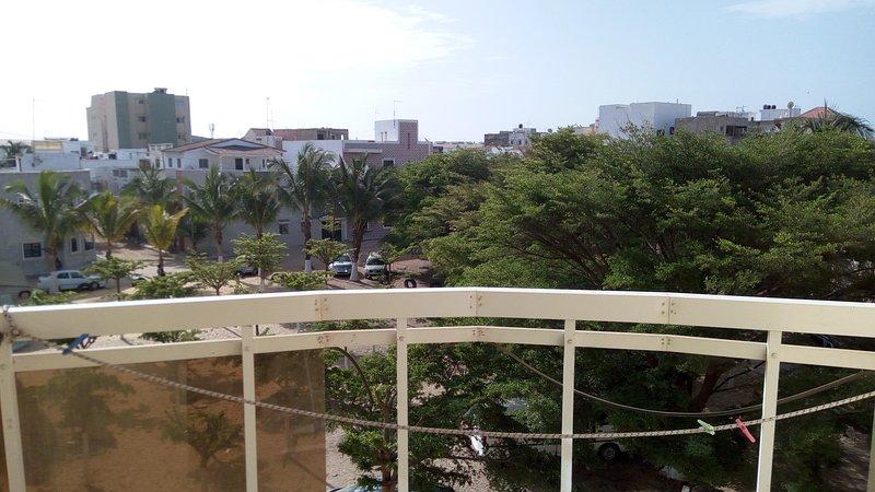 Joli appartement meublé avec 2chambres, salon Avec balcons et vue sur jardin, alquiler vacacional en Guediawaye
