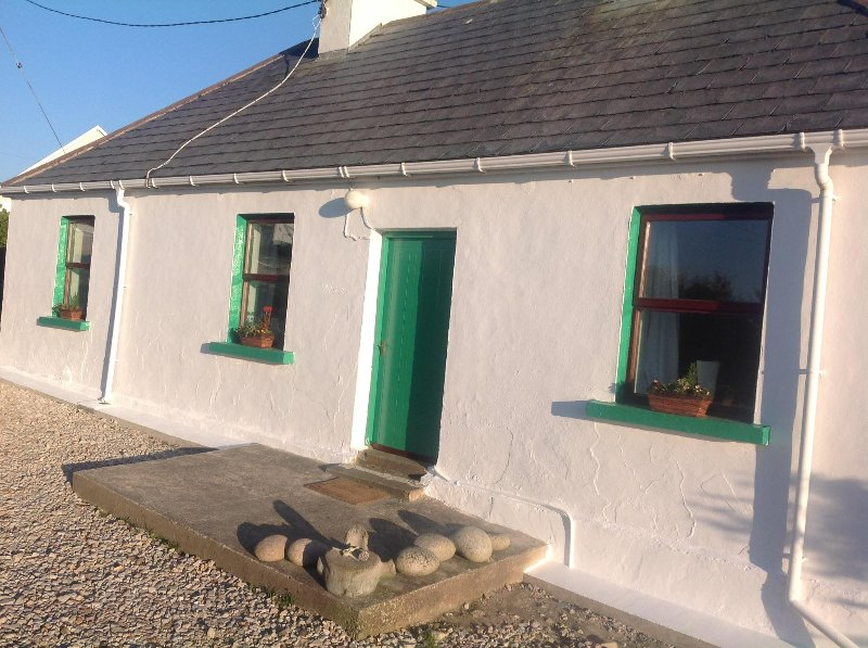 Traditional Modernized Wild Atlantic Cottage, alquiler de vacaciones en Gweedore