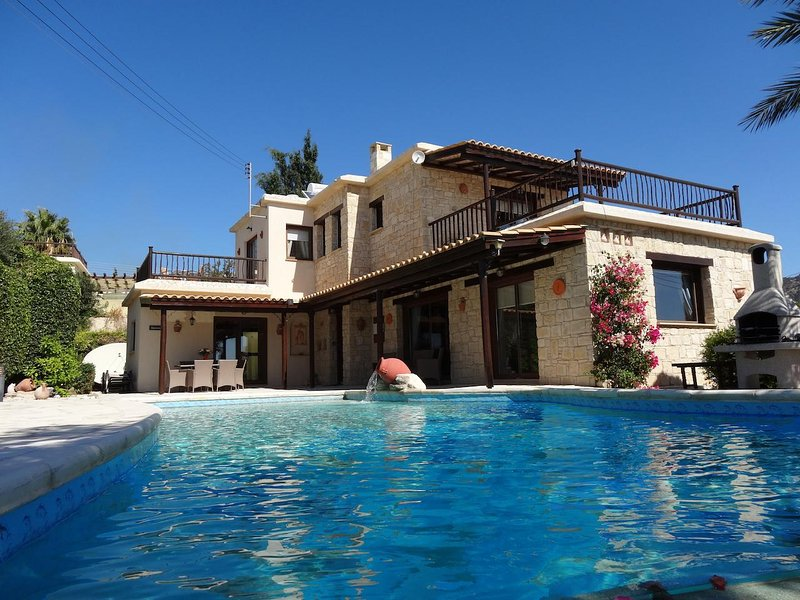 Villa Harmony Luxury 3 bed, all ensuite, Stunning Infinty Pool and Sea views, vacation rental in Peyia