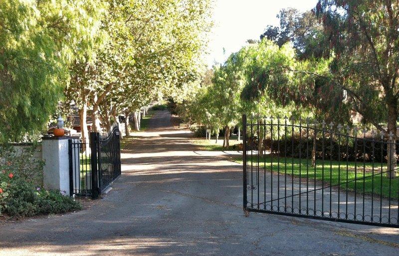 Nuestra puerta de entrada. La casa está en un lugar privado cerca de trescientos por la colina.