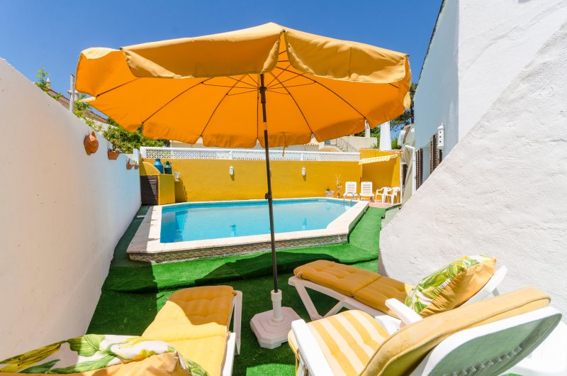 Nice house with pool 5 minutes from de beach, alquiler de vacaciones en Faro District