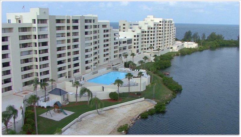 Su casa será justo al lado de la piscina climatizada y playa privada.