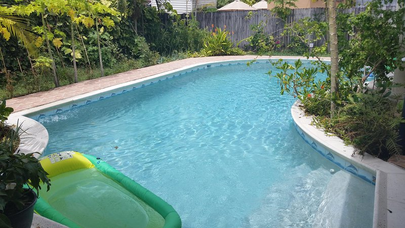 Beautiful and confortable house with pool in Miami, aluguéis de temporada em Olympia Heights