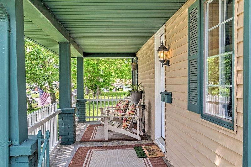 Asseyez-vous sur le porche et sirotez votre boisson préférée tout en admirant la ville.