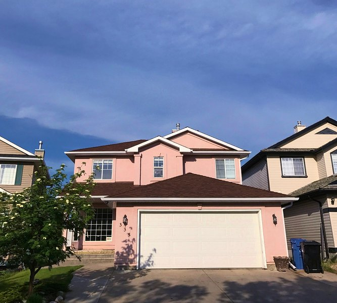 Spacious Down Duvet 5BR+4BA Close to park (Sleeps 14), alquiler de vacaciones en Airdrie
