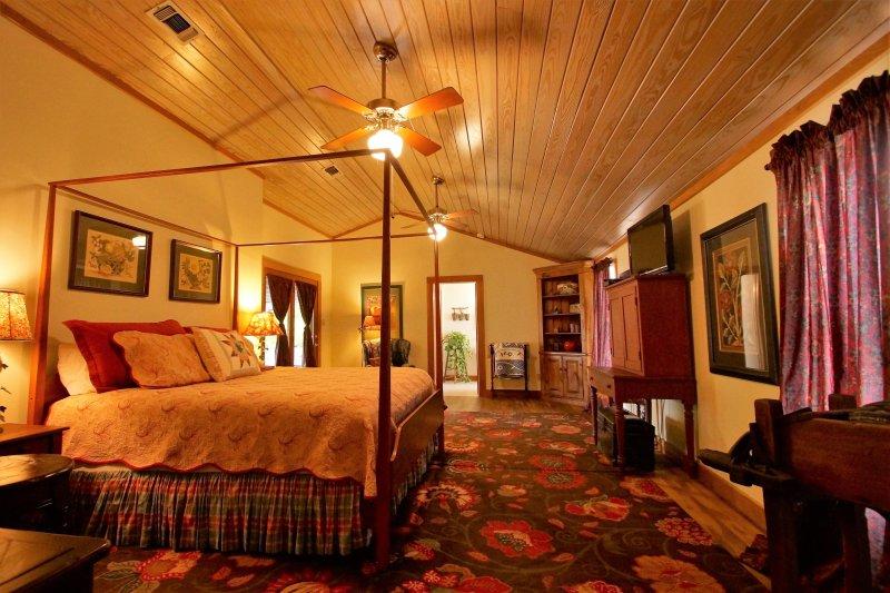 Grote slaapkamer suite met een kingsize bed.