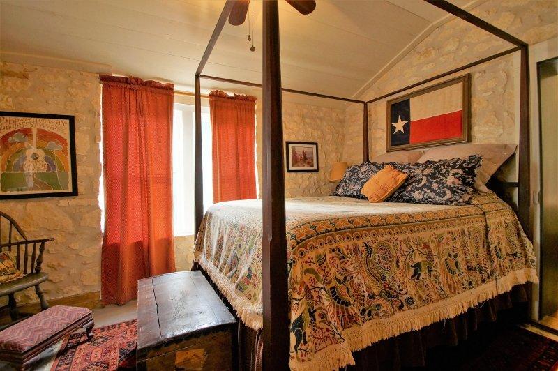 Voorzijde slaapkamer met Queen bed uit de woonkamer.