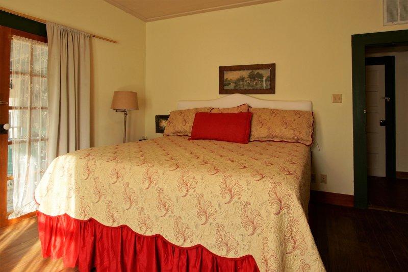 Terug slaapkamer met kingsize bed uit de woonkamer.