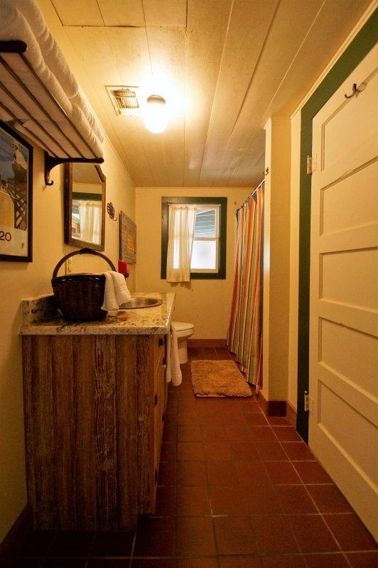 Badkamer uit de woonkamer.