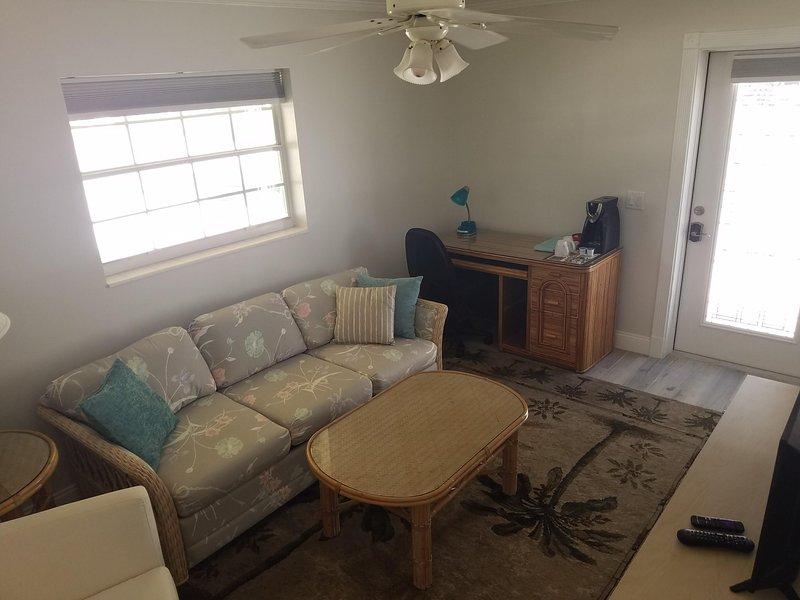 salon privé avec lit queen un canapé-lit, un bureau, un grand écran télévision par câble HD et ENTR privé