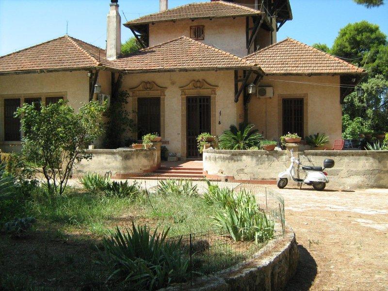 el cuerpo central de la villa con parque colindante
