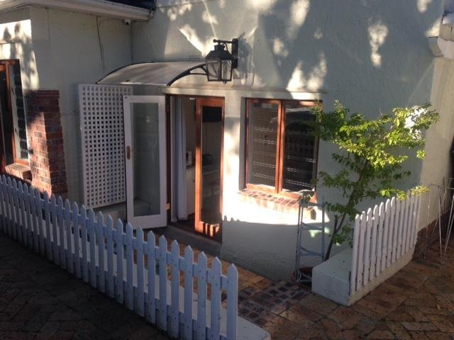 Furnished en suite room with light self catering(fridge, microwave and kettle), location de vacances à Pinelands