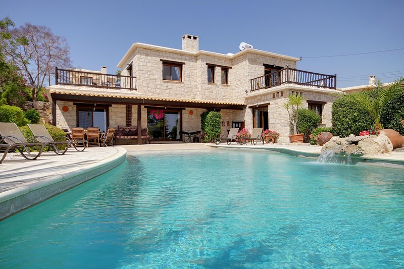 Villa Adonia, Luxury 4 bed, all ensuite, Stunning Infinty Pool and Sea views, vacation rental in Peyia
