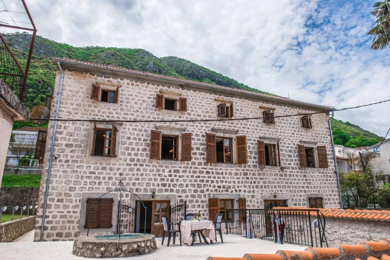 Renovated capitain's stone house seafront line, holiday rental in Kotor