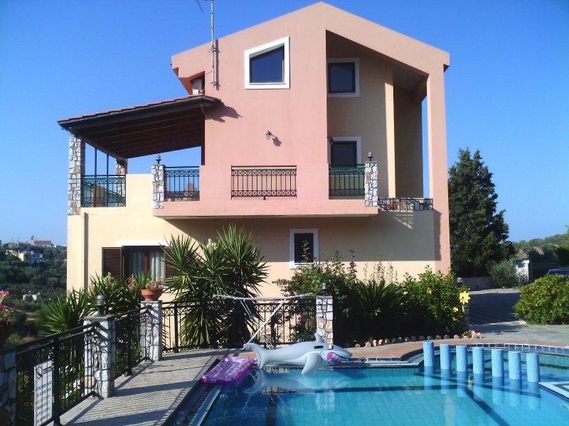 Villa Dimosthenis 4 bedrooms with private pool, location de vacances à Stalos