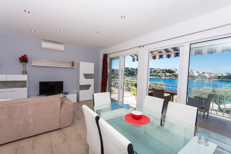 NEW BEACH 4 STAR LUXURY APARTMENT 3 BEDROOMS 3 BATHROOMS, FREE BOAT BERTH, location de vacances à Trogir