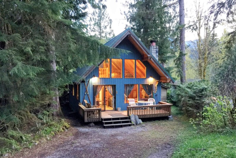 Mt Baker Rim Cabin 53 - A cozy cabin with a open fire place and outdoor hot tub, vacation rental in Glacier