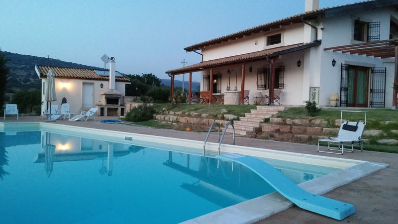 Apartment in countryside villa with pool, holiday rental in Camemi