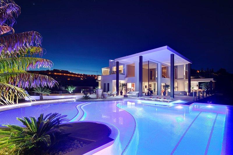 Stunning 1100 m2 Luxury Villa with sea views, pool, rooftop terrace - Casa León, holiday rental in Benahavis