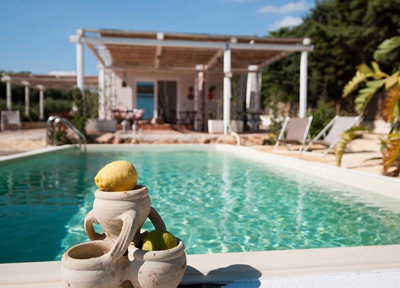 Jabia Beach House - villa sul mare - spiaggia privata, holiday rental in Porto Palo