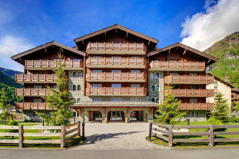 Perfettamente situato in quella che è semplicemente la migliore posizione a Zermatt: nel cuore del paese