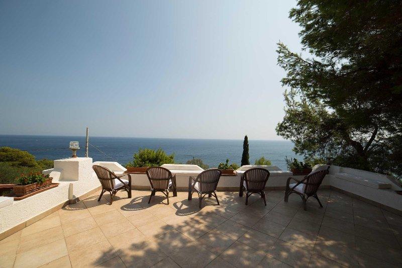 Villa con vista mozzafiato a Castro marina, location de vacances à Marina di Marittima