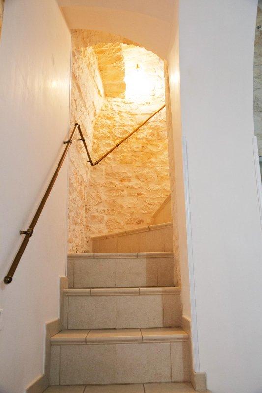 Scala in pietra per raggiungere  il piano superiore