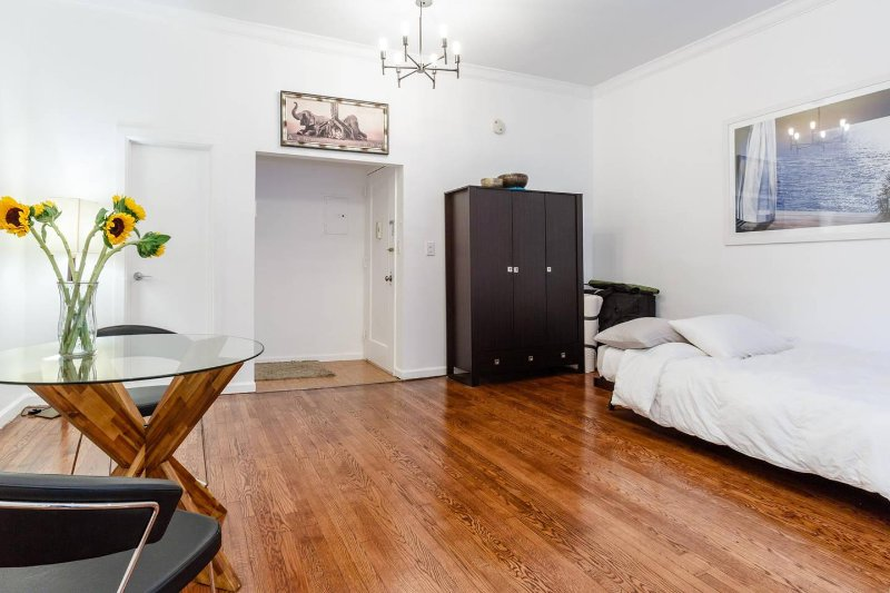 luxurious midtown nyc studio by central park has air conditioning