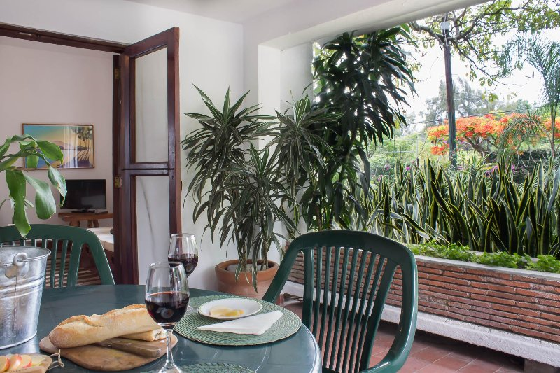 Terraza privada con hamaca/ Private terrace with hammock.