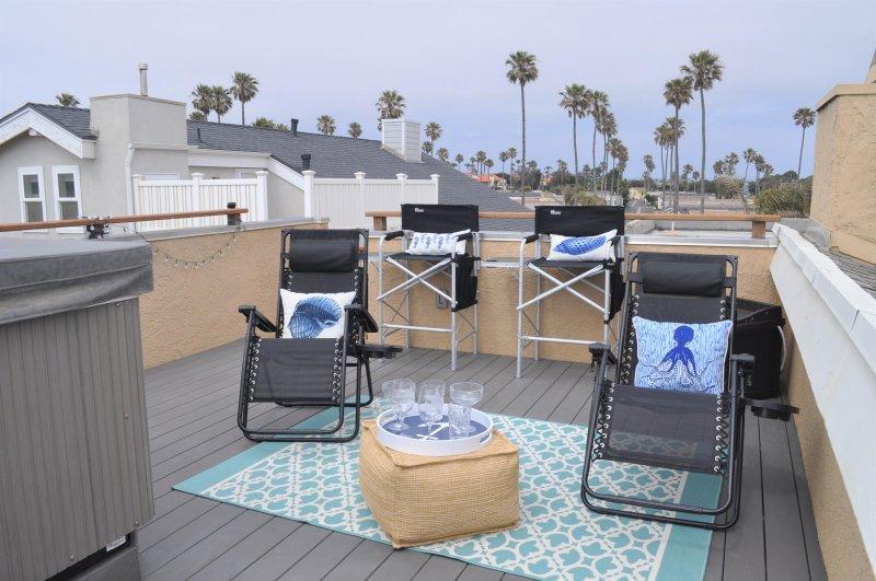 área de cobertura lounge ao lado da banheira de hidromassagem. Zero-gravidade e directores cadeiras. BPA-free taças.