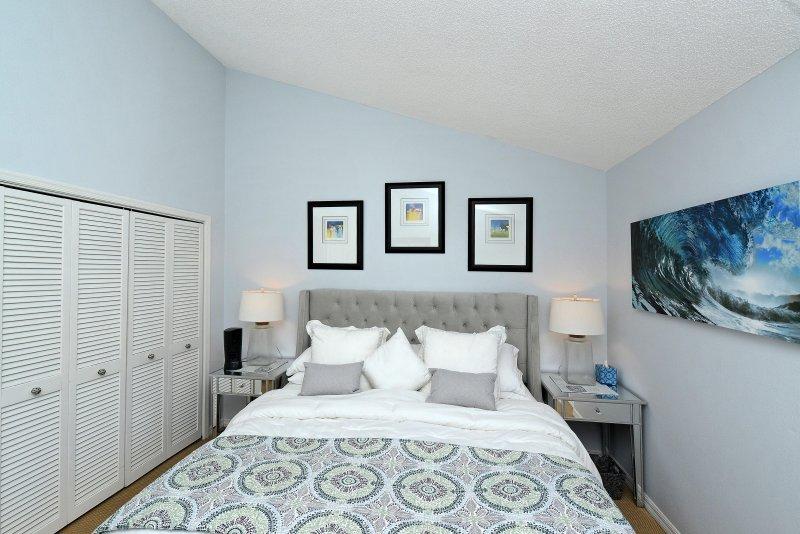 Rei quarto com um espaço grande armário