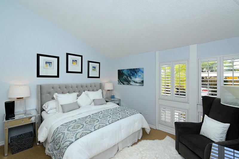 La chambre principale avec un lit king size